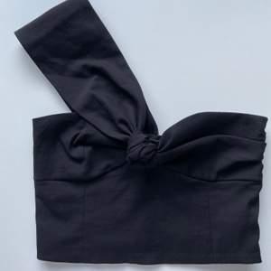 Superfin svart crop top från Zara som bara blivit provad men som tyvärr blivit alldeles för liten:( Frakt: 59kr