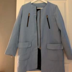 En blå kappa i storlek S från HM. Bra kvalité och i fint skick!