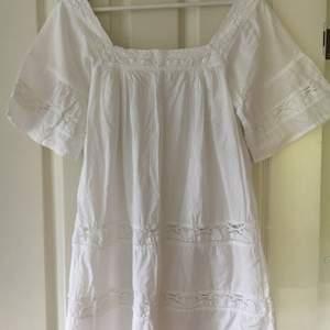 Supergullig vit klänning med virkade spetsdetaljer. Storlek M, men passar även för S. Är likadan på baksidan som framsidan. Kan mötas upp i Lund, eller skicka via post (frakt tillkommer då)☺️