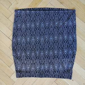 Kort, glittrig kjol från HM Divided.