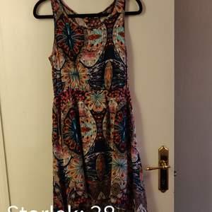 Mönstrad klänning med knappar längs ryggen 😍 Kika gärna in vad mer jag säljer! 💞