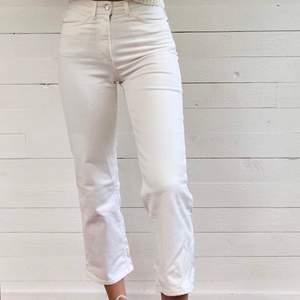 Högmidjade, raka, vita jeans från Lindex. Endast använda ett fåtal gånger då de är för små för mig. Är 175 cm lång och på mig är byxorna ungefär ankellånga. Hör av er vid intresse!