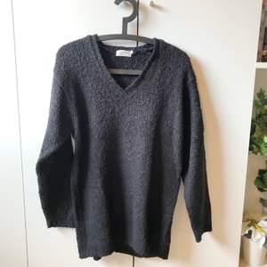 supermysig tröja, lite längre modell. gissar på att den är stickad men kan för lite om sådant lol. endast använd en gång av mig men fick den begagnad. storlek L men kan passa lite större också.