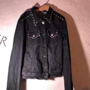 Mörk jeansjacka med nitar i kanter. Vintage. Storlek xs.