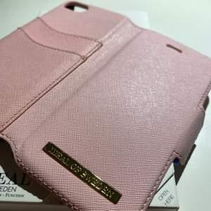 Fashion Wallet från Ideal of Sweden i färgen rosa. Knappt använt då jag köpte dubbletter. Fint skick, inga skador. Säljes då jag har ny telefon. Originalförpackning finns.  Nypris: 399kr Säljes för: 120kr + frakt