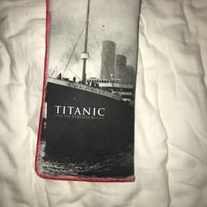 Köpt från Titanic Utställningen i Örebro. Fint skick. Olika användningsområden, själv använt som glasögonsfodral. Möts helst upp, kontant betalning.