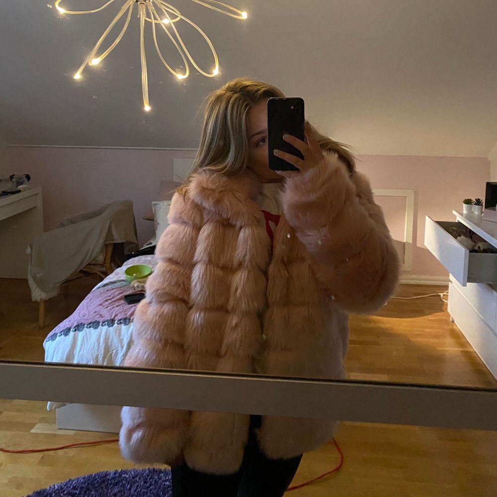 Säljer min rosa fusk pälsjacka ifrån Nelly. Plagget är i strl 36/S och har normal passform.. Jackor.
