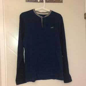 Skitsnygg, skön tröja från hollister, jättemjuk och stilig. Säljes pga passar ej, aldrig använd annars än prövning. Snyggt mörkblå och grå.
