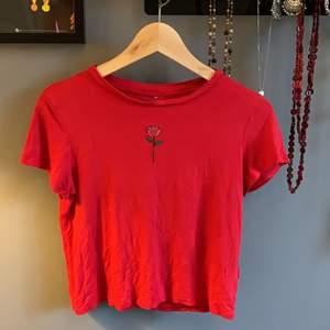 Tunn röd T-shirt med en broderad ros, skriv om ni har frågor! 🦎1 plagg 30kr🦎2 plagg 50kr🦎3 plagg 70kr🦎4 plagg 95kr🦎5 plagg 120kr🦎