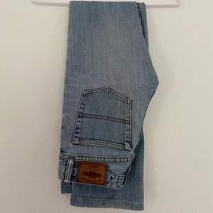 Blå jeans från Ralph Lauren som passar ungefär en S! Snygga fickor, väldigt bekväma och med bra passform över ben och rumpa. Ett najs lite tjockare tyg och ett snyggt hål på knät. De kostade runt 1500 - 2000kr nya🦋🦋