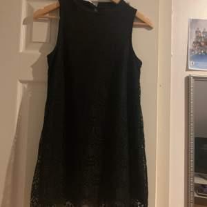 Det är en kort klänning som går lite över rumpan och sitter bra på kroppen