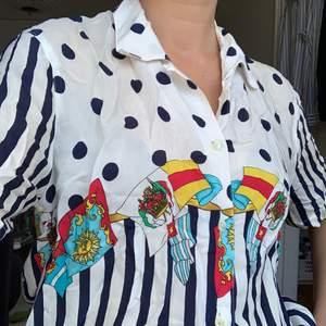 Skjorta med coolt mönster på, köpt vintage. Säljs billigt då den kan uppfattas som att den gulnat. Står ingen storlek men jag har storlek 36 och den sitter bra på mig. Frakt 42kr