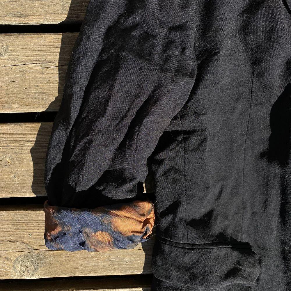 Innefodret är i tye dye, oversize . Kostymer.