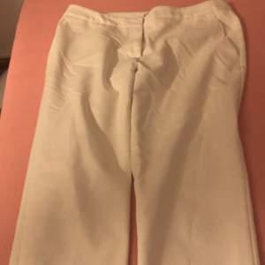 Vita kostymbyxor med backfickor från h&m i storleken 36