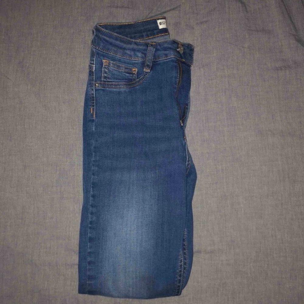 Blåa jeans från Gina tricot i modellen Molly. Säljer eftersom de inte passar mig, aldrig använt dem. . Jeans & Byxor.
