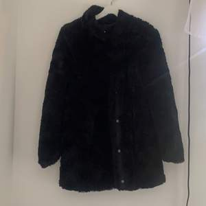 Pälsjacka från Vero Moda. Köparen står för frakten