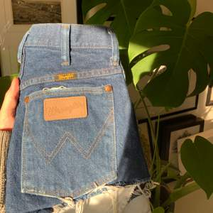 Säljer tyvärr mina superfina vintage shorts ifrån det populära märket Wrangler då de är för små. De är använda ett antal gånger men är som i nyskick och har ett superskönt material. Kan mötas upp i göteborg eller frakta!! 🥰💞💫✨