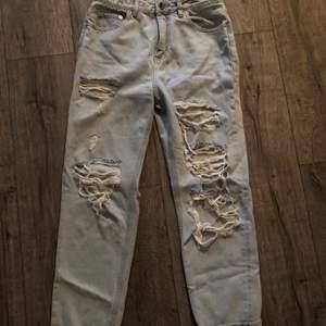 Ripped jeans från ASOS Denim. Sparsamt använda, bra skick. Waist 28, leg 32. Passar S