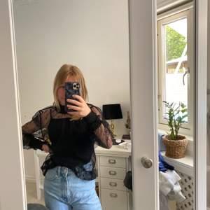 En svart mesh blus som kan stylas på många olika sätt till många olika byxor, kjolar eller shorts! Aldrig använts då det inte riktigt är min stil. Från H&M divided, nypris 200kr.