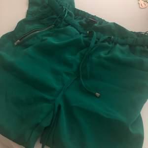 helt nya byxor som bara legat i garderoben och väntat in en ny ägare som kan börja använda dom! as snygga på har tyvärr för mycket kläder därav försäljning.. sitter som en jogging bagging kostymbyxa med lite transparenta revärer på sidorna och stuprör ner