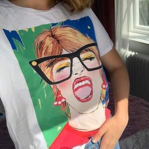Cool t-shirt med tryck från Zara. Nyskick. Storlek M. 50 kr inklusive frakt