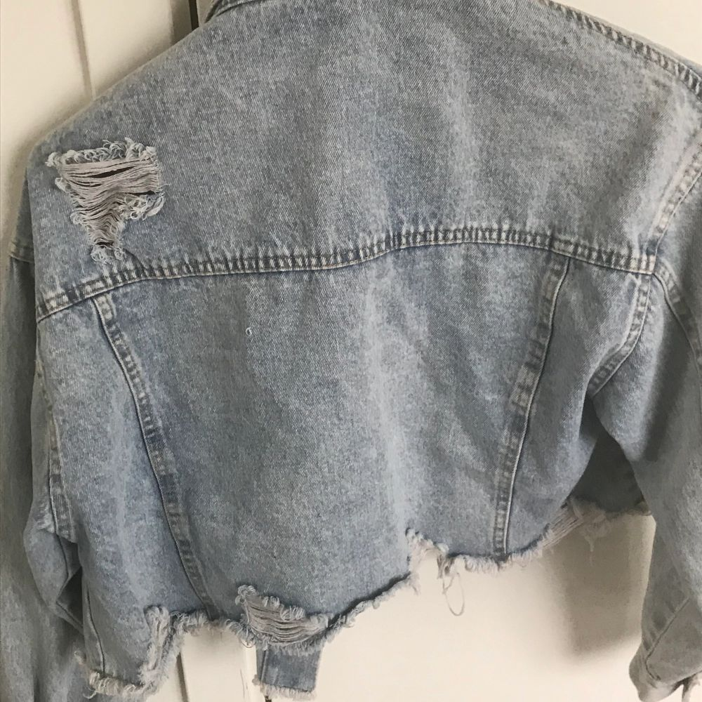 Säljer en lite croppad denim jacka, knapparna är av ett lite konstigt material så sänker priset en del, somrig 💘                                                                (frakten är inkluderad) . Jackor.