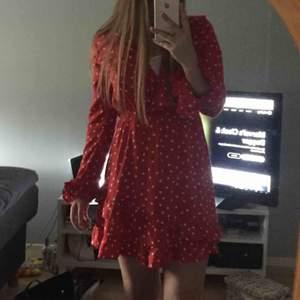 Söt rödprickig klänning från Linn ahlborgs kollektion med Nakd