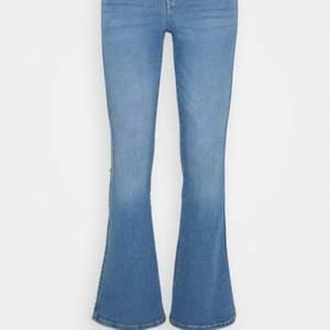 Blåa bootcut jeans från DrDenim, lite mörkare än på bilden, strlk S, sitter typ som en Xs. Aldrig använda. Modell: Macy. Köpta från Salt. Nypris: 499kr säljer för 400+frakt(66kr)