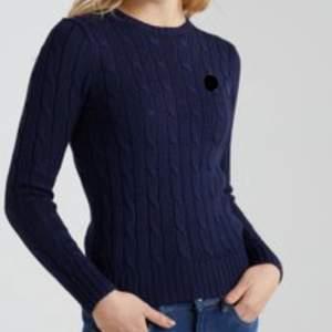 Kabelstickad marinblå tröja från gina tricot. Första bilden tagen från internet! storlek M. Mitt pris 60 frakten ingår.