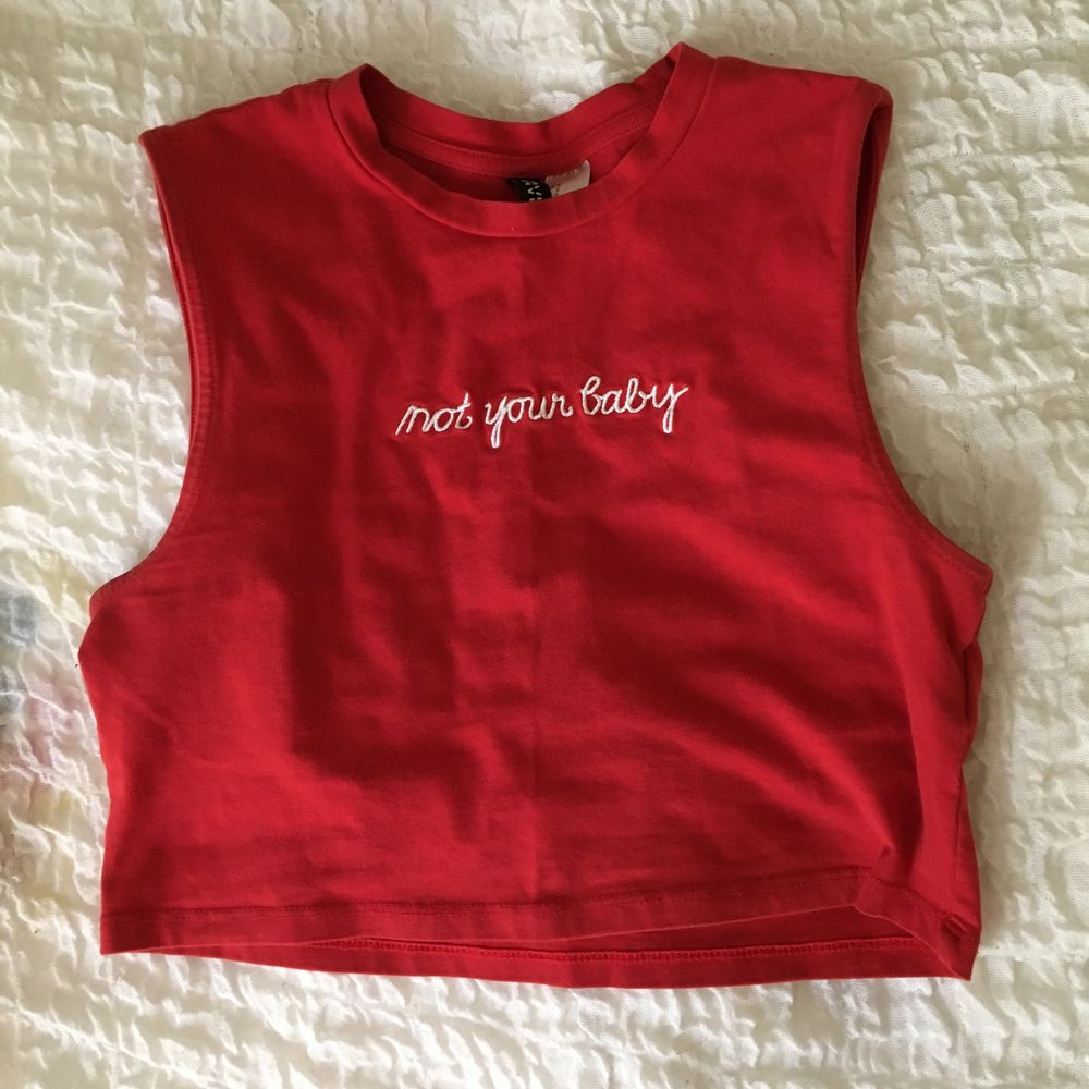 Röd crop topp med broderad text 🍄 Frakt ingår :). Skjortor.