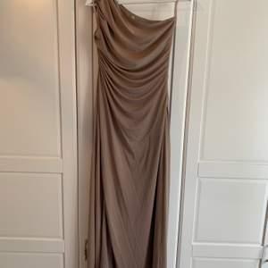Fantastiskt fin och smickrande klänning från Petra Tungårdens kollektion i samarbete med NLY Eve. Använd en gång. Är strl 40 men insydd för att passa en strl 36-38.