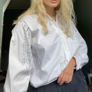 Coolaste skjortan från Wera med lite puffigare ärmar. Använd ca 2 ggr så jättefint skick, skriv för fler bilder!! Köpare står för frakt💞