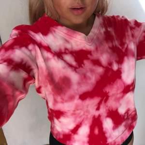 Supersöt y2k tiedye tröja som passar storlek S-M bäst. Sitter snyggt och lite oversized på mig med M. Superbekväm och i superbra skick. Möts i stockholm eller fraktar. Kund betalar frakten💘 Bud sker i kommentarerna:)