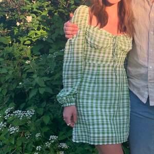 Jättefin klänning från Asos som är använd fåtal gånger, köptes för 1 månad sen så den är i nyskick. Den är lite för liten därav säljer jag den, frakt tillkommer ✨✨
