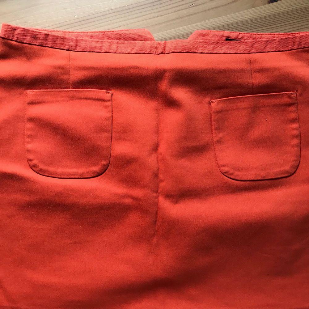 Säljer nu en orangekjol från HM. En perfekt färgklick i garderoben 🧡 50 kr + frakt.. Kjolar.