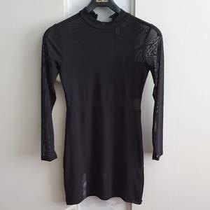 Köpt på HM, aldrig använd. Klänningen har tjockare tyg över brösten, mesh-rygg och mesh på armar och under brösten. Jättemjuk och bekväm! Priset är med frakt! 💕