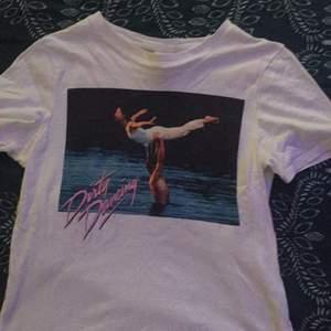 En jättefin t-shirt, i strl XS från hm. Med tryck från dirty dancing. Inga fläckar eller liknande. Frakt ingår ej:)