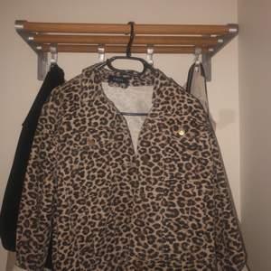 En jeansjacka i leopard mönster. Använd fåtal gånger. Storlek M. Frakt tillkommer.