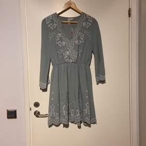 Aldrig använd hm klänning väldigt fin i tyget. I storlek 36. Köparen står för frakten 🌸🤗