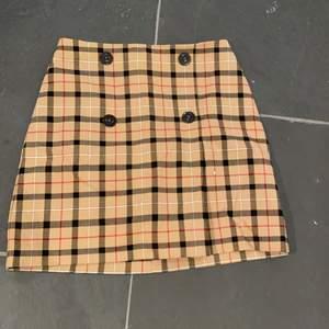 Suuuupefin beige kjol som liknar burberry och clueless! Storlek xs ❤️🥰 Från MNG