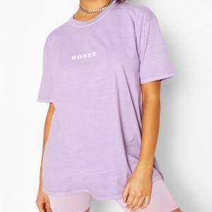 """En helt ny och trendig lila """"honey"""" oversized t-shirt med tvättad effekt och lappen kvar på för endast 80kr + frakt i storlek 36."""
