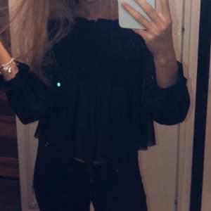 Säljer denna jättesöta blus från Gina, gör sig mycket finare på. Lite genomskinlig så passar bra på fest