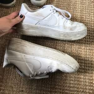 Välanvända Nike sneakers med hög sula, slitna i hälarna! Storlek 41 men passar mig som vanligtvis har 39/40