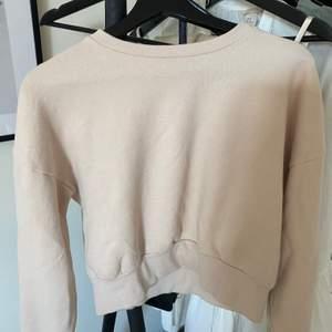 En superskön beige sweatshirt ifrån bikbok. I storlek XS men passar även S. Säljer för 120kr, frakt tillkommer