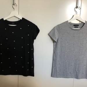 Säljer 2 fina t-shirts i nyskick ✨Storlek Xs(passar även S) ✨Knappt använda, båda är i nyskick ✨Pris: 40 kr/st  🚫Djurfritt och rökfritt hem 📍Kan mötes upp i Mölnlycke eller 📬Kan skickas mot fraktkostnad