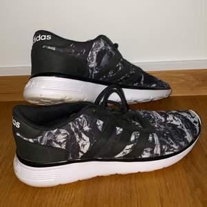 """Slutsålda Adidas sneakers som är köpta i USA. Sulan kallas """"dream footbed"""" så dem är väldigt sköna!! Dem är mest använda inomhus så de är i väldigt bra skick! Storleken är 8 1/2 vilket är typ 40/41 skulle jag säga. Materialet på skon är väldigt stretchigt så dem passar många olika fötter! 🤍 Köparen står för frakten!"""