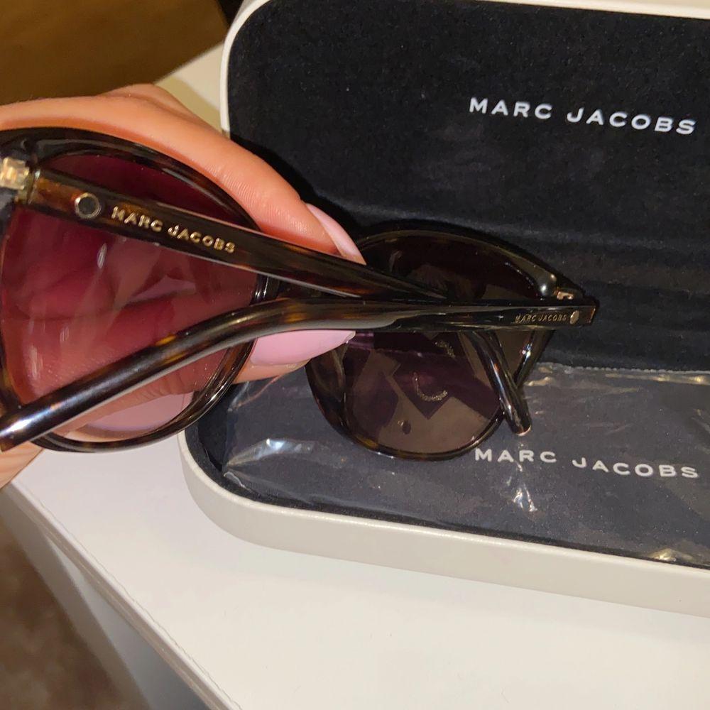 Säljer ett par solglasögon, i ny skick tagit väl hand om det och inga repor finns. Skickas med paket och putsduk. Såklart äkta och kvitto finns!! 🕶🎀. Accessoarer.