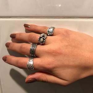 Säljer hemma gjorda ringar som jag gjort och böjt utav skedar, har många fler ringar men här är några exempel på några som jag gjort, kontakta för mer frågor💜 BUDGIVNING SKER I KOMENTARERNA! Man kan antingen buda på ring 1 2 3 4 då ring 1 är pekfingret och ring 4 är lillfingret💜 budgivning avslutas måndag