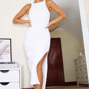 Vit klänning, som kan vara så fin till student eller Bara till vardags. Provad men aldrig använd. Så fin men har likande så säljer. 200kr ink frakt
