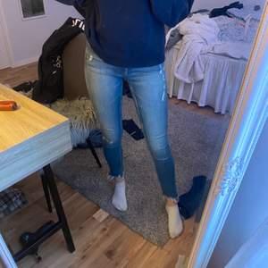 Ett par blå fina jeans med snygga slitningar, väldigt sköna och sitter inte så hårt, frakt tillkommer!